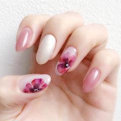 圆形粉色白色紫色手绘花朵跳色美甲图片