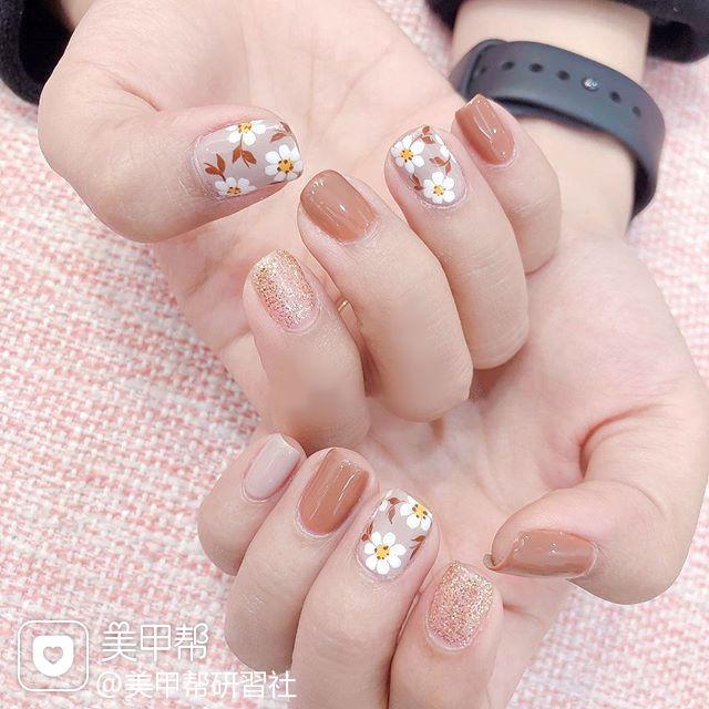 方圆形焦糖色金色手绘花朵春天美甲图片