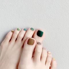 脚部绿色棕色跳色磨砂美甲图片