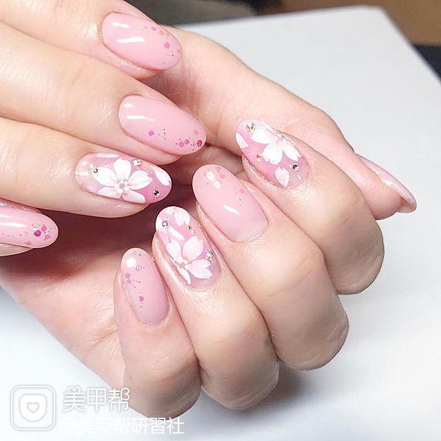 圆形粉色白色手绘花朵新娘美甲图片