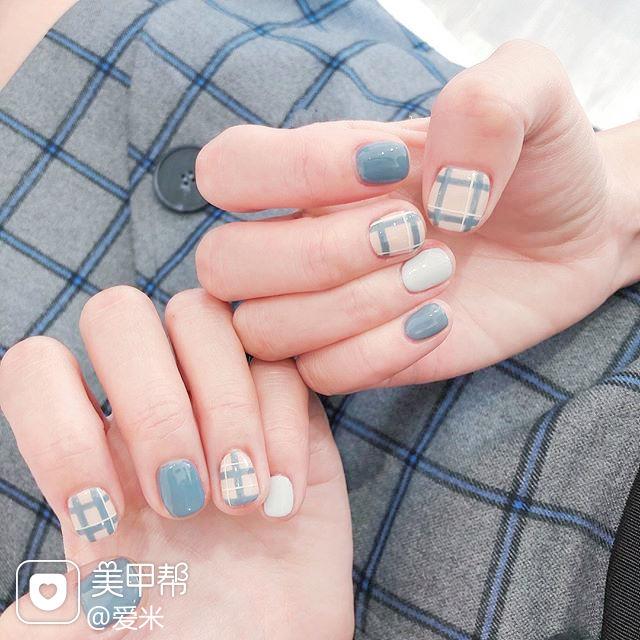 方圆形蓝色格纹短指甲美甲图片