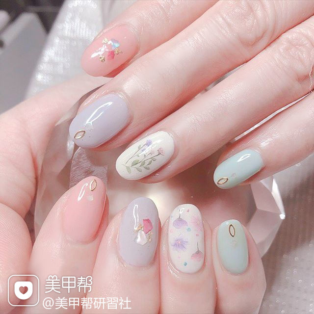 圆形粉色绿色香芋紫色手绘花朵贝壳片跳色春天美甲图片