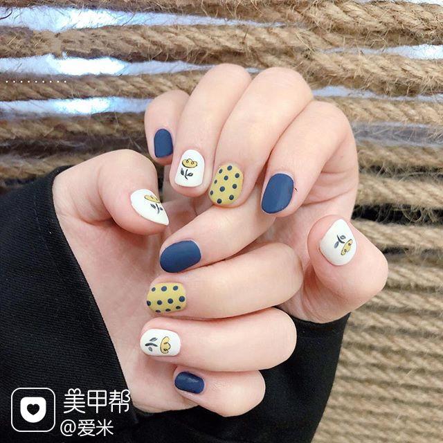 圆形蓝色黄色白色手绘花朵波点跳色磨砂美甲图片