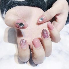 圆形粉色钻贝壳片美甲图片