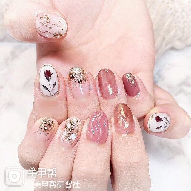 圆形粉色碎玻璃金色手绘花朵水波纹日式美甲图片