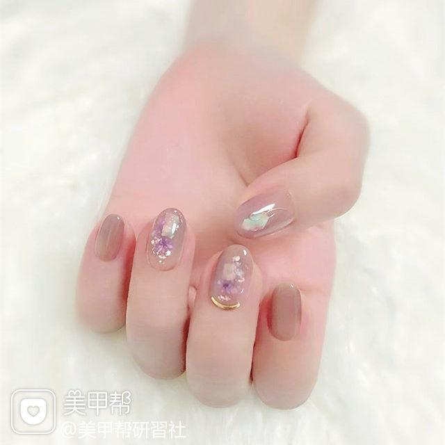 圆形紫色裸色晕染贝壳片简约美甲图片