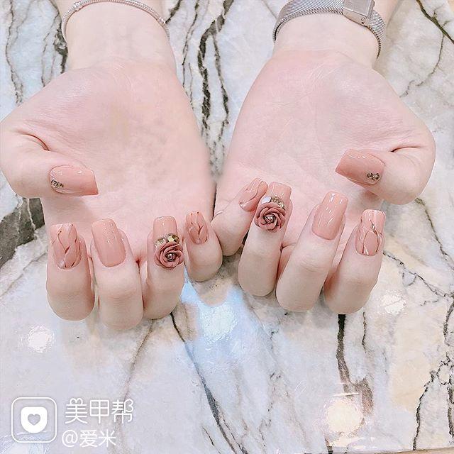 方圆形粉色雕花新娘美甲图片