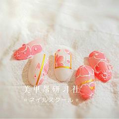 圆形粉色白色手绘花朵磨砂研习社美甲帮研习社作品,想学加微信mjbyxs6美甲图片