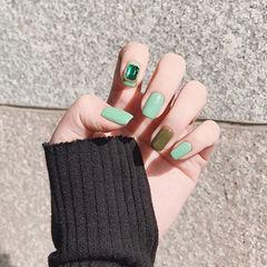 方圆形绿色钻跳色春天简约美甲图片