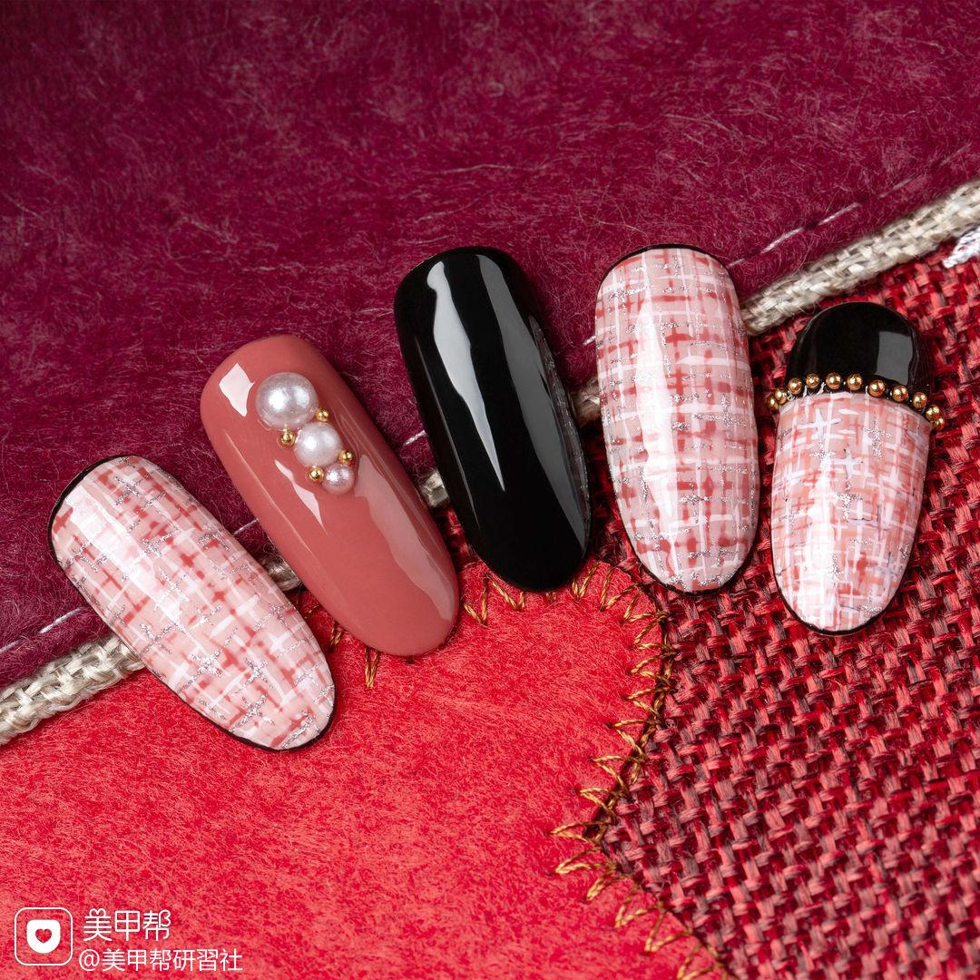 圆形粉色黑色手绘毛呢珍珠研习社美甲帮研习社作品,想学加微信mjbyxs6美甲图片