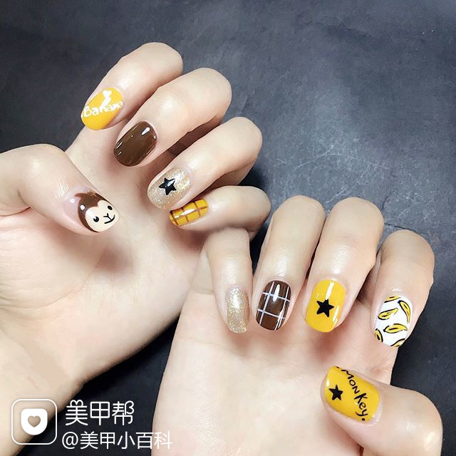 圆形棕色黄色手绘水果香蕉可爱格子美甲图片