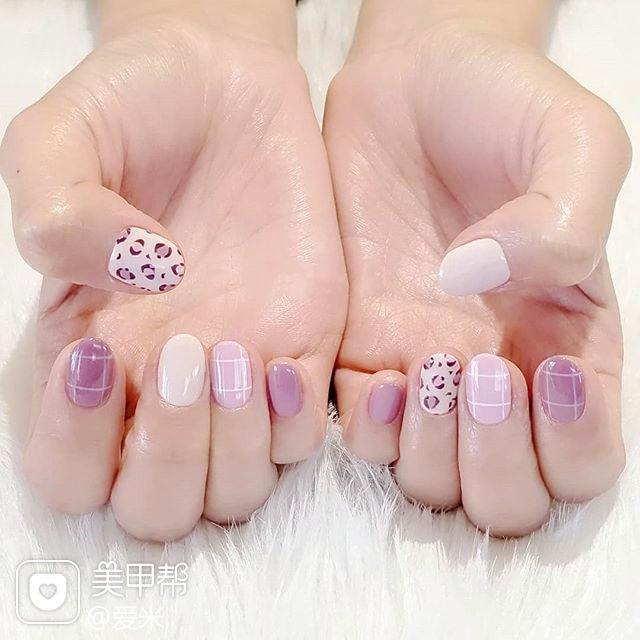 圆形紫色白色手绘豹纹美甲图片