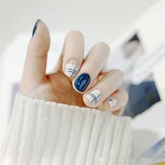 圆形蓝色白色线条简约美甲图片
