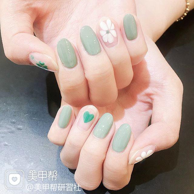 圆形绿色白色手绘雏菊简约春天ins美图分享,想学美甲咨询微信mjbyxs6哦~美甲图片