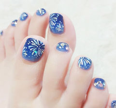 脚部蓝色手绘钻ins美图分享,想学美甲咨询微信mjbyxs6哦~美甲图片