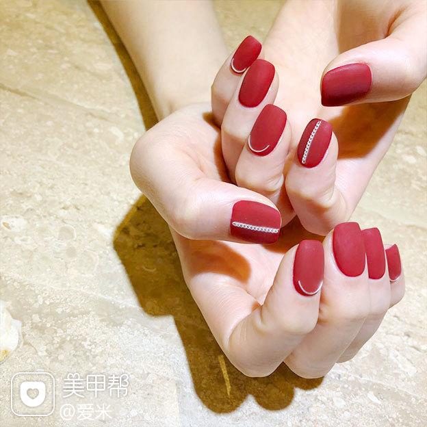 方圆形红色金属饰品磨砂简约显白美甲图片