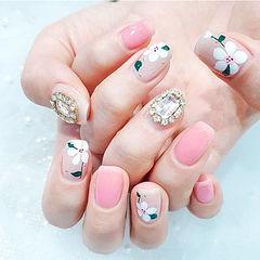 方圆形粉色白色手绘花朵钻春天ins美图分享,想学美甲咨询微信mjbyxs6哦~美甲图片