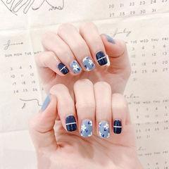 方圆形蓝色白色线条手绘花朵美甲图片