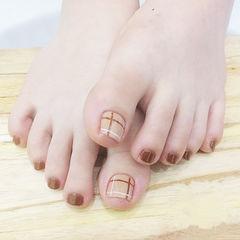 脚部棕色线条美甲图片