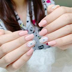 方圆形粉色白色手绘雏菊简约上班族美甲图片