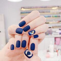方圆形蓝色钻磨砂月亮美甲图片