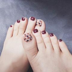 脚部酒红色手绘几何ins美图分享,想学美甲咨询微信mjbyxs6哦~美甲图片