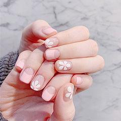 方圆形粉色白色手绘花朵春天反法式美甲图片