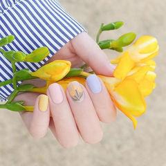 圆形蓝色黄色裸色手绘花朵跳色磨砂春天美甲图片