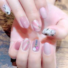 圆形粉色黑色白色手绘花朵斜纹ins美图分享,想学美甲咨询微信mjbyxs6哦~美甲图片