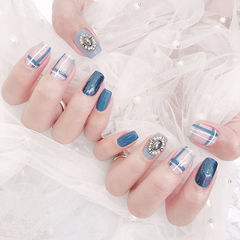 方圆形蓝色钻线条美甲图片
