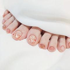 脚部粉色贝壳片简约美甲图片