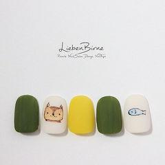 圆形黄色绿色白色手绘猫咪可爱磨砂美甲图片
