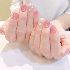 圆形粉色银色金属饰品珍珠短指甲ins美图分享,想学美甲咨询微信mjbyxs6哦~美甲图片