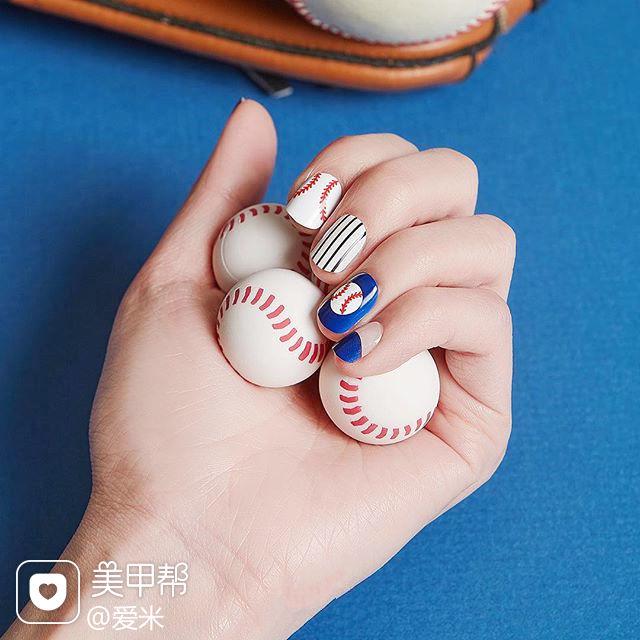 方圆形蓝色白色条纹美甲图片