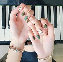 方圆形绿色白色手绘树叶春天美甲图片