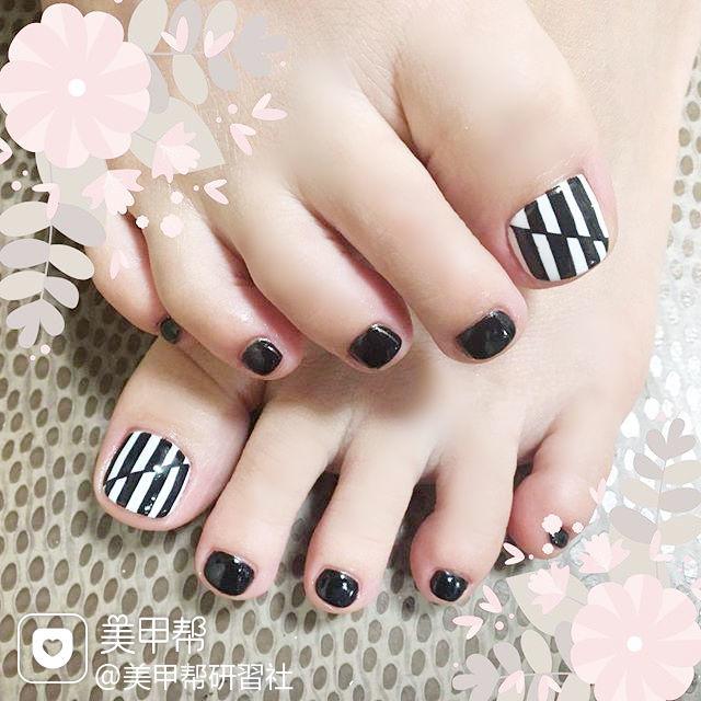 脚部黑色白色手绘条纹ins美图分享,想学美甲咨询微信mjbyxs6哦~美甲图片