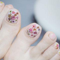 脚部粉色白色手绘花朵ins美图分享,想学美甲咨询微信mjbyxs6哦~美甲图片