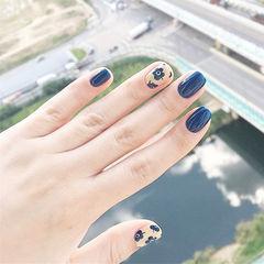 方圆形蓝色手绘花朵美甲图片