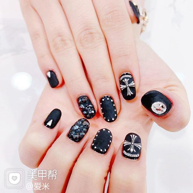 圆形黑色钻克罗心磨砂韩式美甲图片