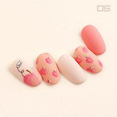 圆形粉色手绘水果蜜桃磨砂美甲图片