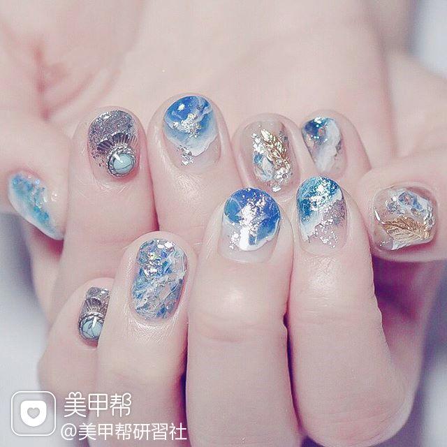 圆形蓝色晕染银箔短指甲ins美图分享,想学美甲咨询微信mjbyxs6哦~美甲图片