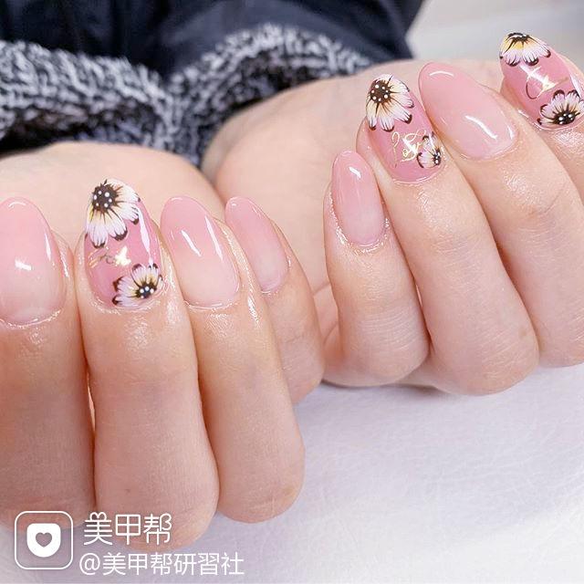 圆形粉色渐变白色手绘雏菊ins美图分享,想学美甲咨询微信mjbyxs6哦~美甲图片