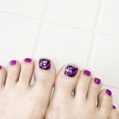 脚部紫色斜纹美甲图片