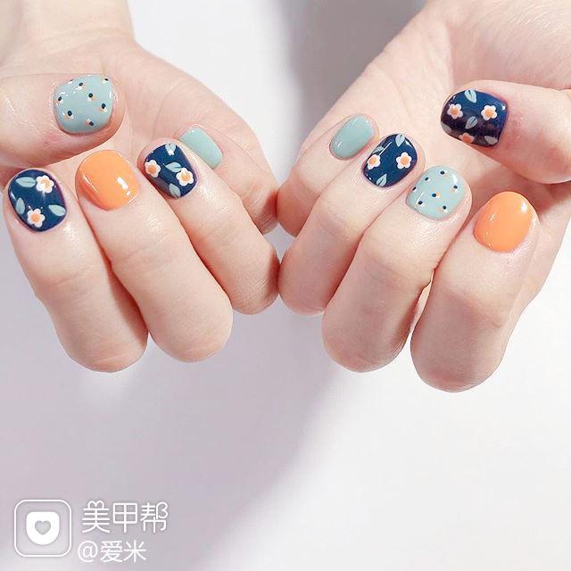 圆形蓝色橙色绿色手绘花朵跳色短指甲美甲图片