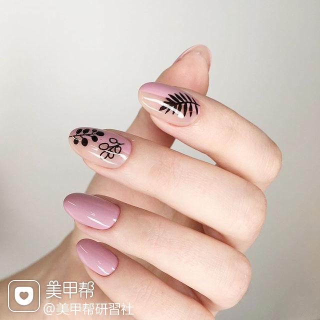 圆形粉色黑色手绘树叶ins美图分享,想学美甲咨询微信mjbyxs6哦~美甲图片