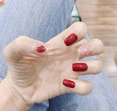 方圆形红色手绘草莓波点美甲图片