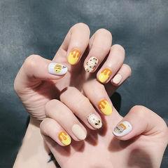 圆形黄色裸色手绘花朵美甲图片