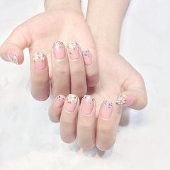 方圆形粉色白色手绘花朵春天美甲图片