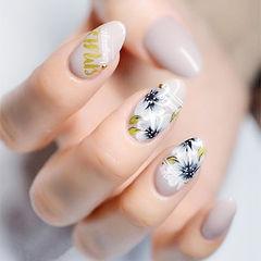 圆形裸色白色手绘花朵ins美图分享,想学美甲咨询微信mjbyxs6哦~美甲图片