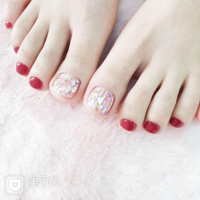 脚部红色贝壳片显白美甲图片